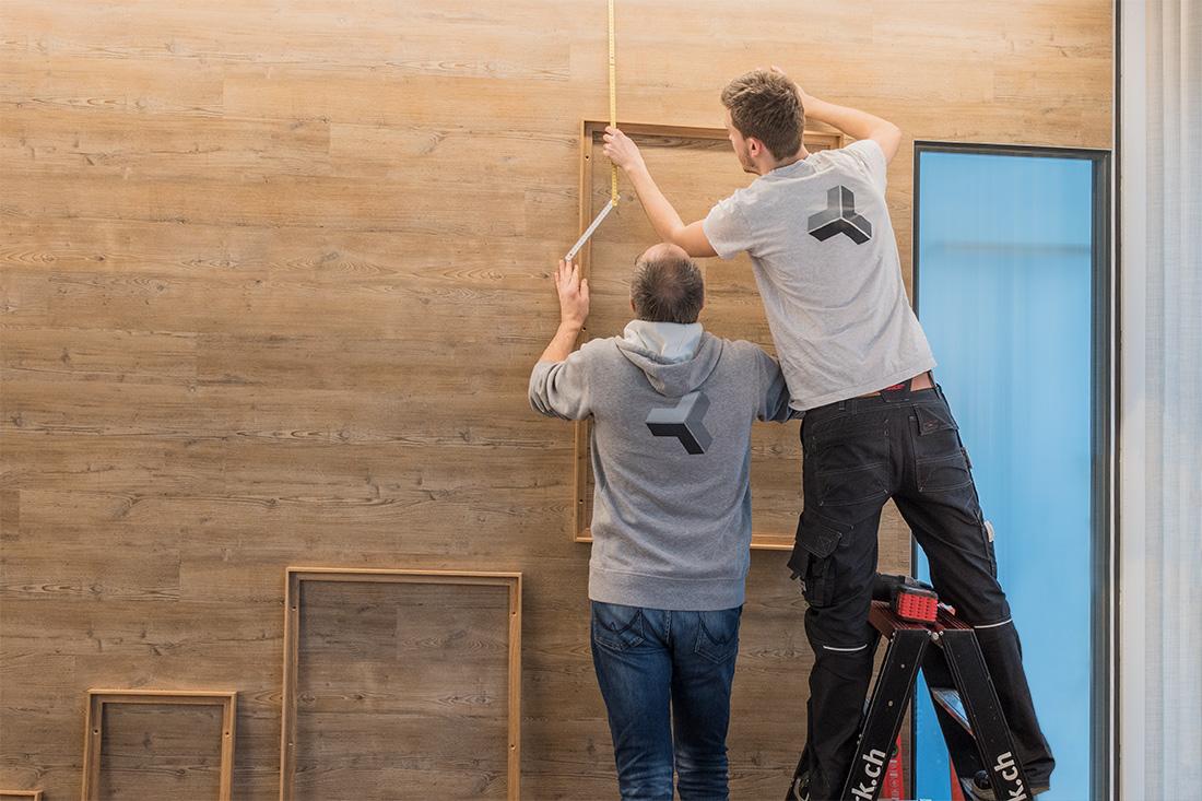 Platzierung der Holzrahmen fuer die Bildwand