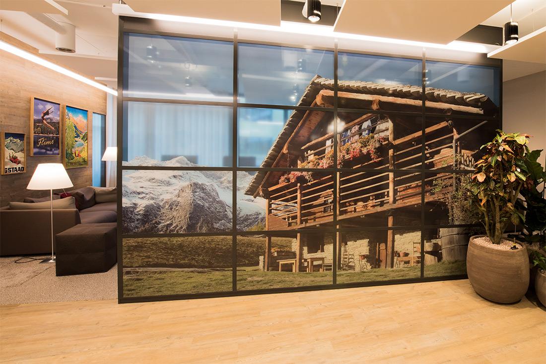 Eine Sichtschutzwand mit Chalet Motiv
