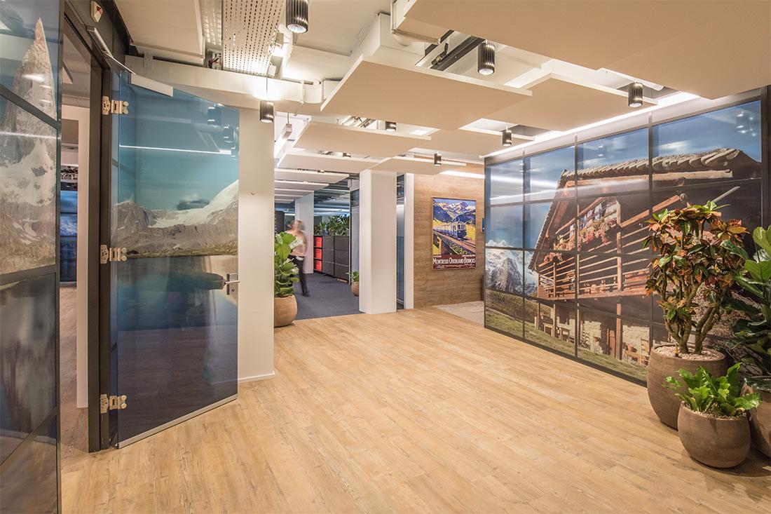 Raumgestaltung im Office: Blick zu den Glastrennwaenden mit Bildmotiven zeigen Groesse und schaffen Atmosphaere