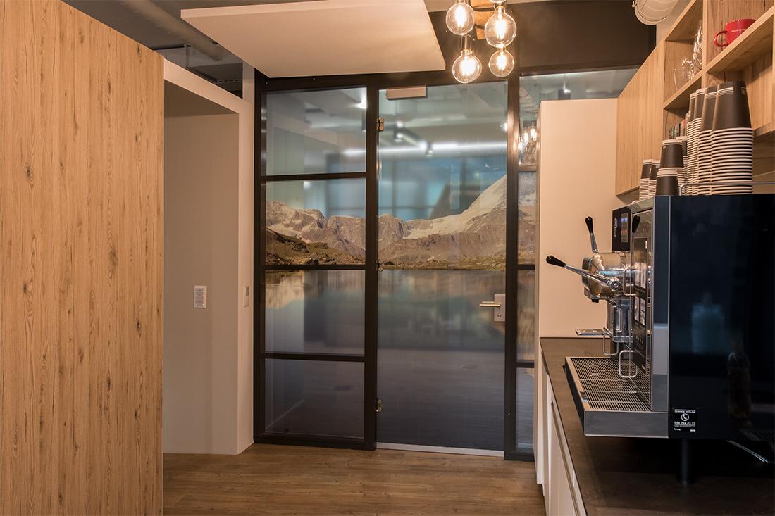 Raumtrennwand aus Glas mit Bildmotiv Schneeberge mit Bergsee: Tuere und Wand des Bistros