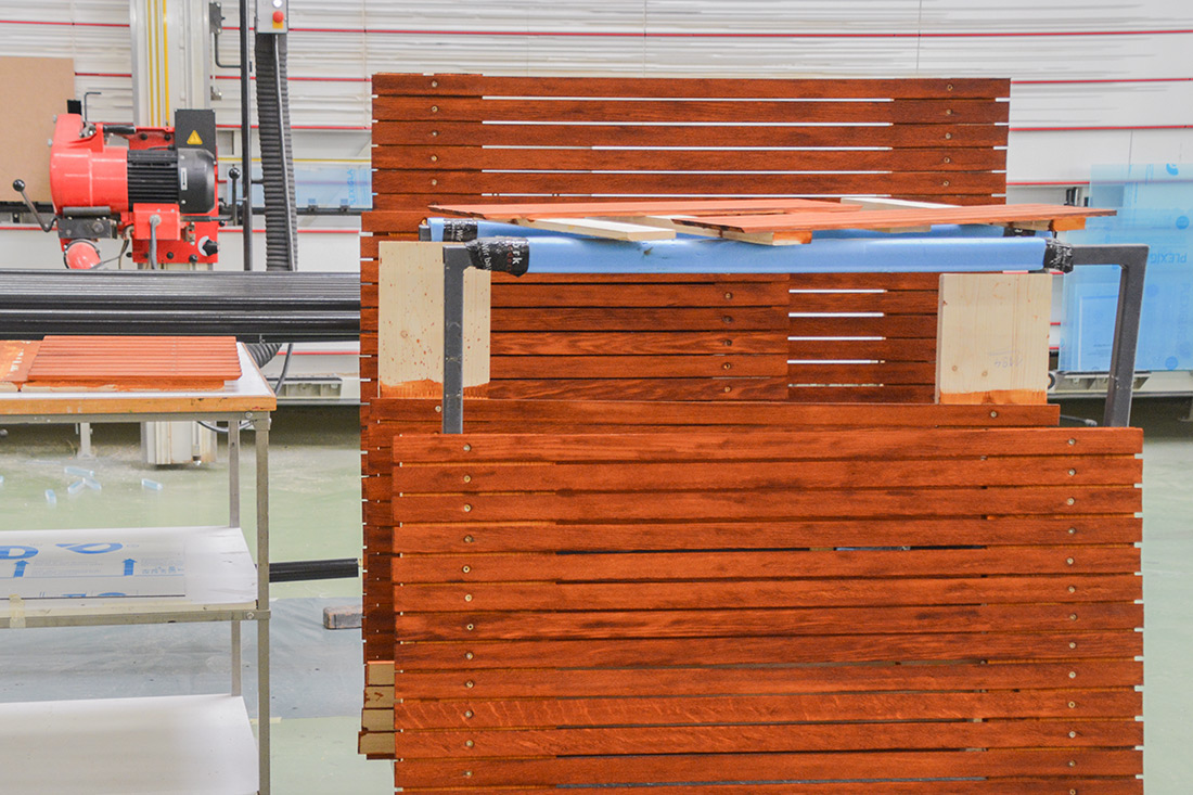 Eine Sitzbank im Stil der Spanisch Broetli-Bahn mit schmalen Holzlatten