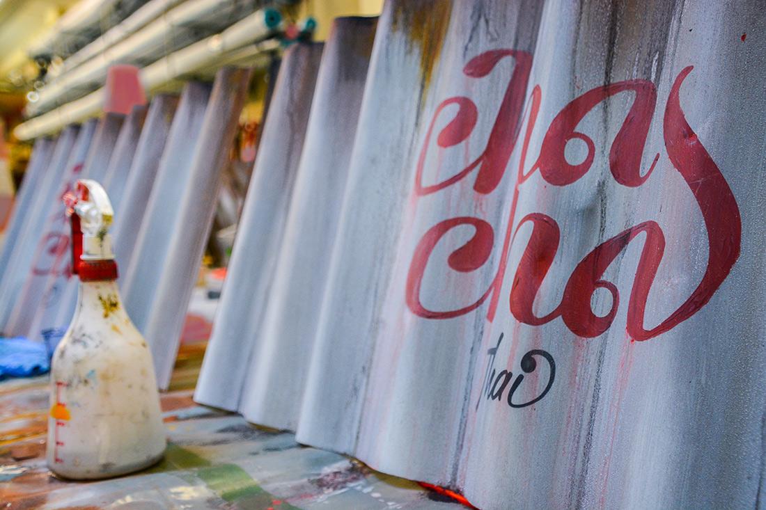 Der Schriftzug von Cha Cha in rot auf Wellblech