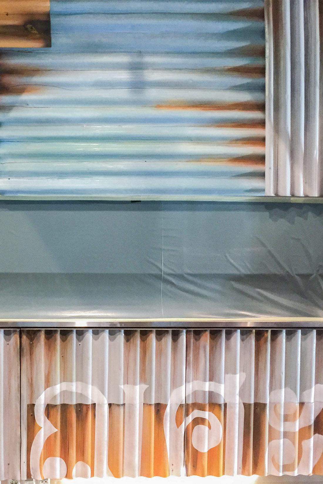 Nahaufnahme der Rollwaende im Vintag-Style: rostig und hellblau