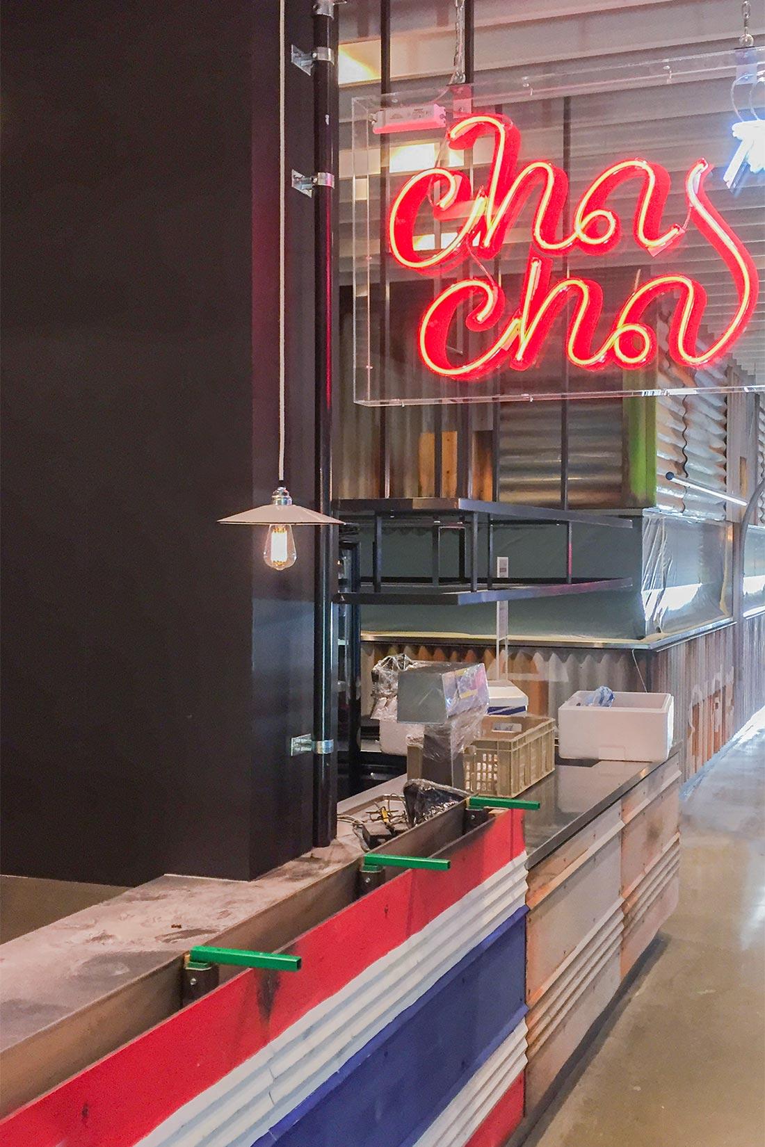 Schriftzug des Thai-Restaurant Cha Cha mit roter Neonroehre fuer den old Style
