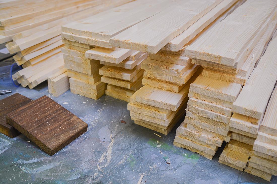 Die Holzbalken beim Zuschnitt: Geschnittene Kanten die ausgefranst wurden fuer die alte Optik
