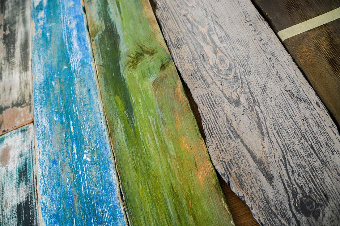 Schiffshafen-Look Vintage: Ausgewaschene Holzbalken in blauer und gruener Farbe
