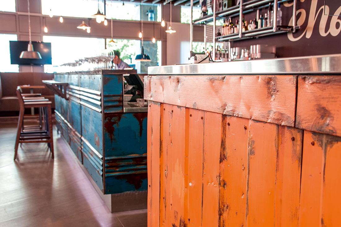 Theken des Thai Restaurants Cha Cha im Vintage Style: Petrolblaue und orange Theken, angerostet, im used Look