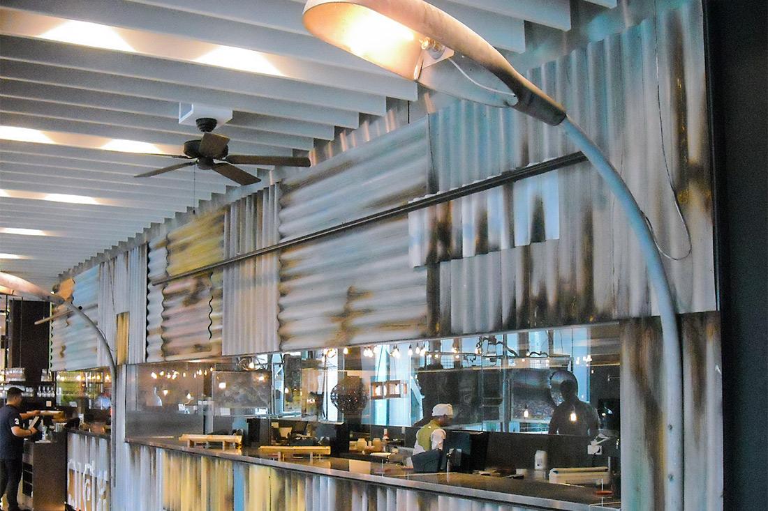 Theke des Thai-Restaurants im Street-Food-Look