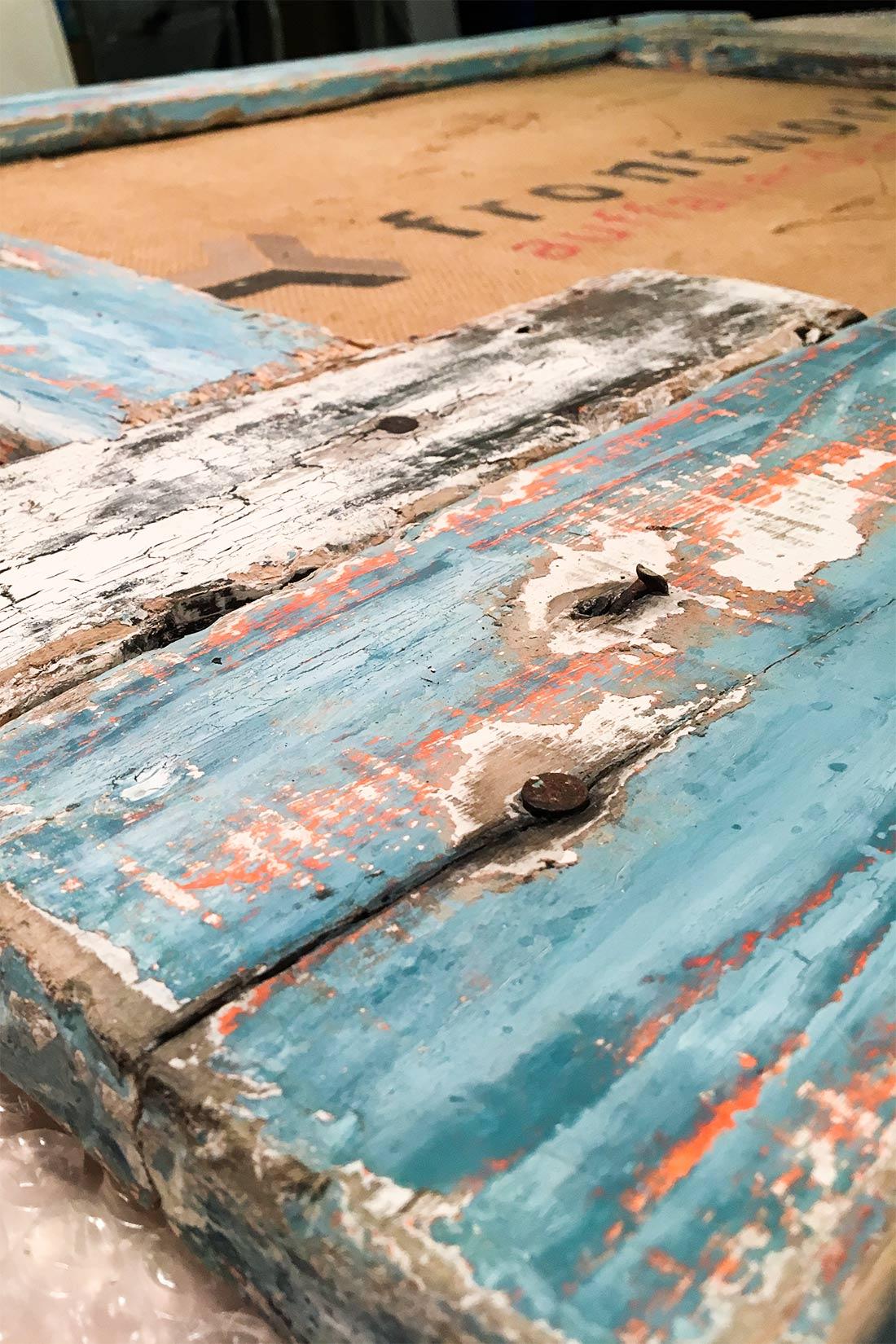 Holzbalken von neu auf alt fuer den Look eines Schiffshafens: Verblichen und zersplittert