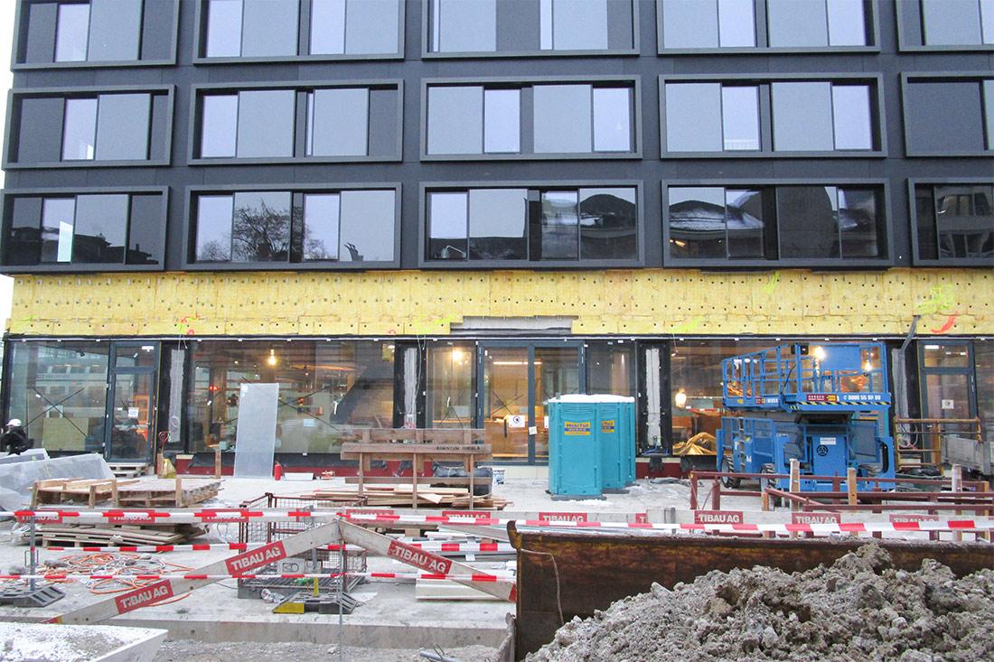 Hotelfassade im Bau und Baustelle davor