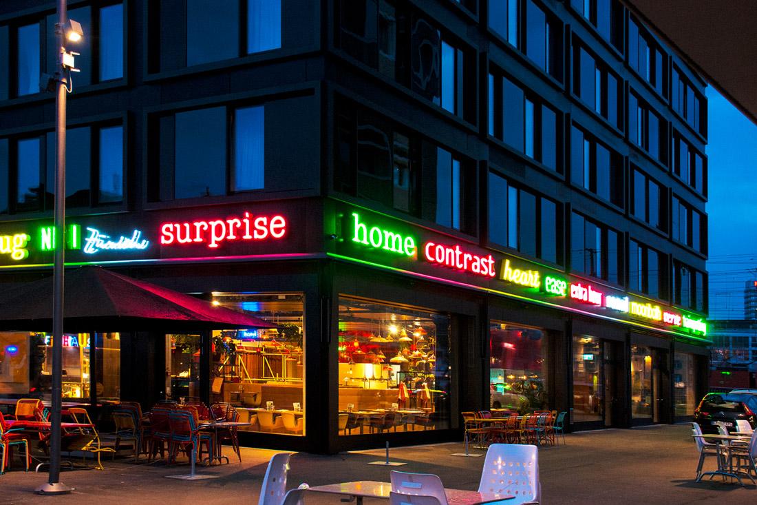 Werbetechnik: Bunt leuchtende Neon-Schriften: Farben die die Nacht zum Leben erwecken