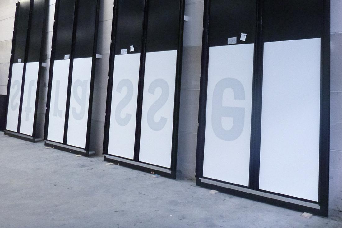 Folierte Glasflächen mit Buchstaben
