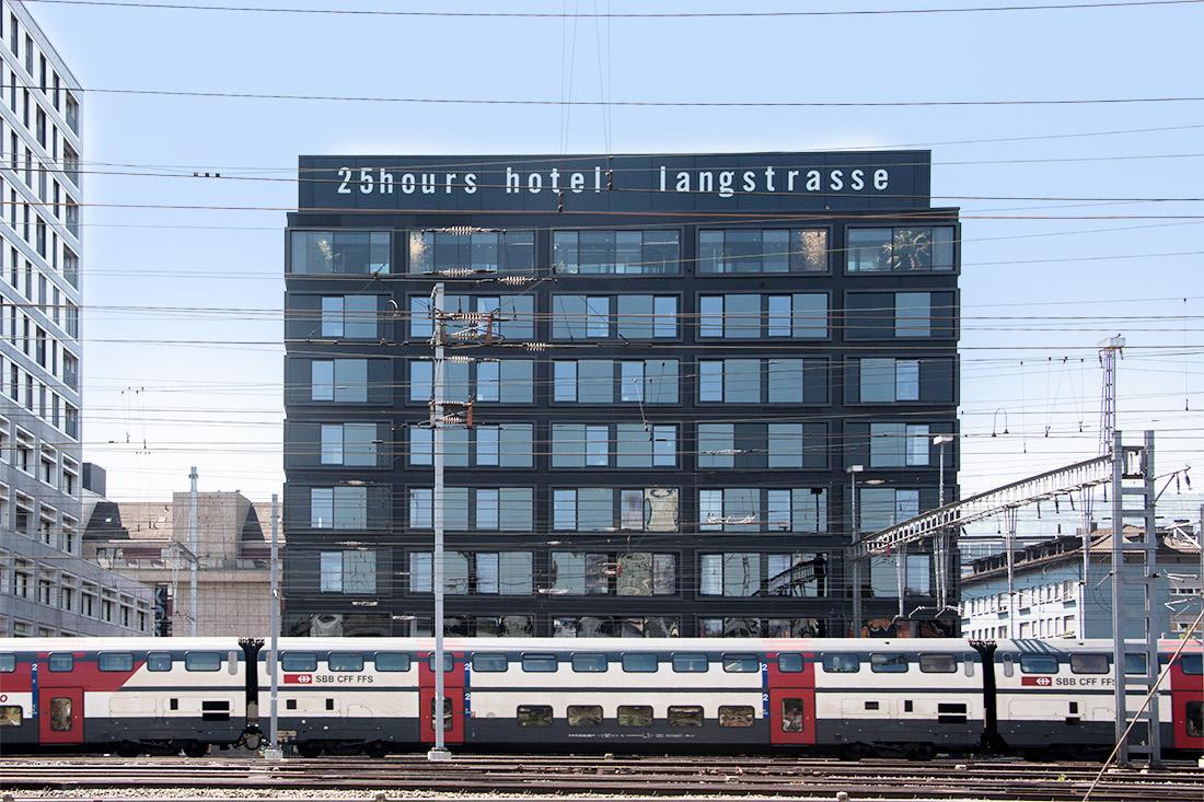 Frontansicht mit der Leuchtschrift auf dem Dach am Tag: Von weitem prominent sichtbar