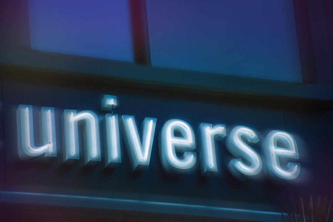 Neon Leuchtschrift für Marke universe: Serifenlose Schrift, weiss-blaue Neon-Roehren, strahlen im Dunkeln