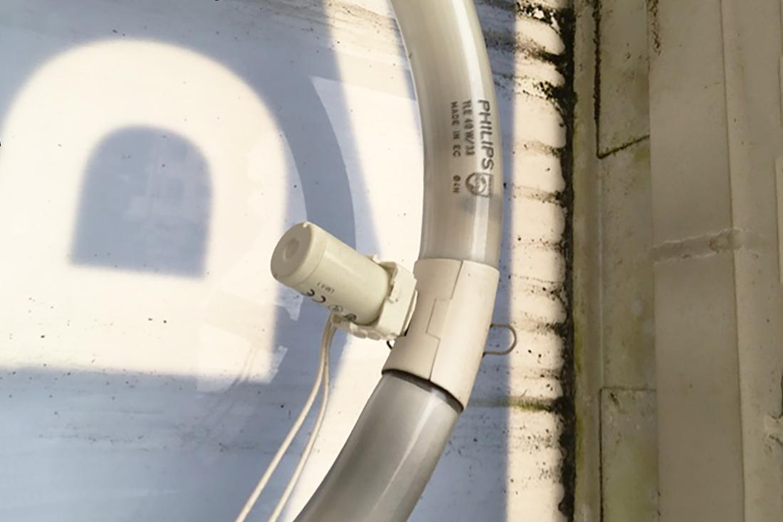 Defekte Lichtquellen werden ersetzt, hier sehen wir eine durchgebrannte Röhre.