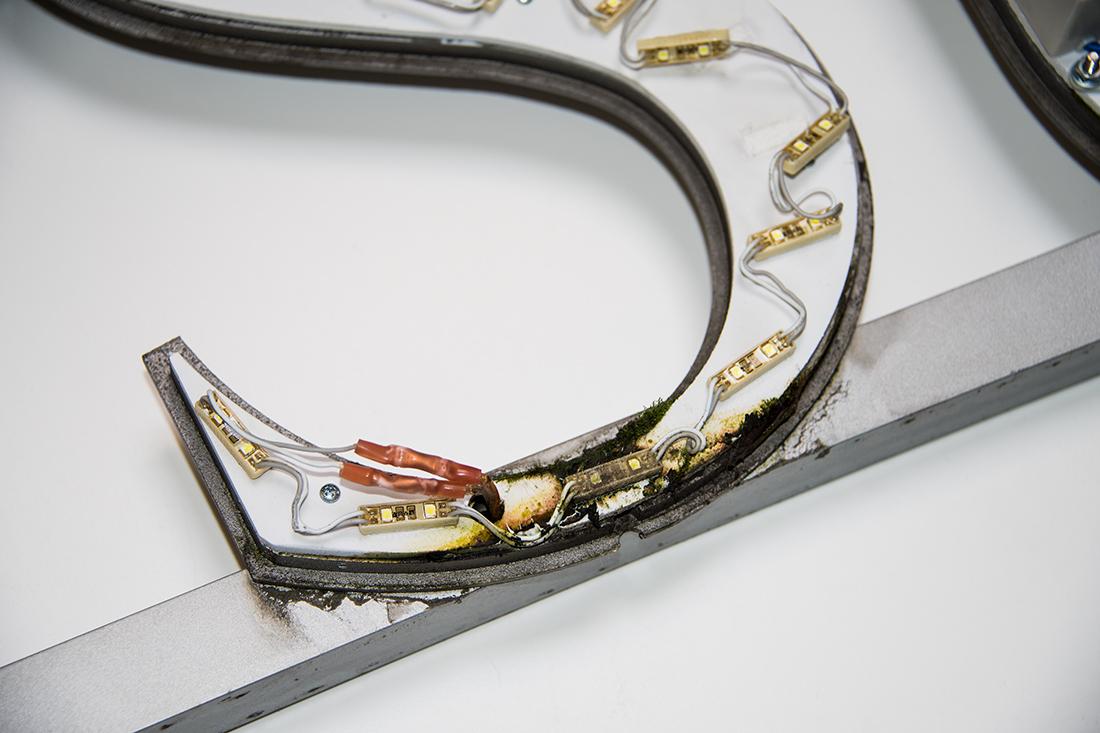 Alles wird entfernt oder behoben, was nicht zur Lichtanlage gehört: wie Moos, undichte Stellen und Wasser.