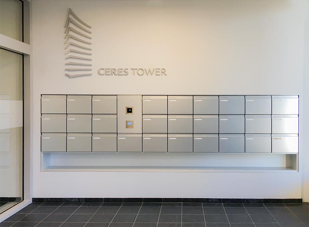 Firmenbeschriftung in Eingangshalle von Bürogebäude