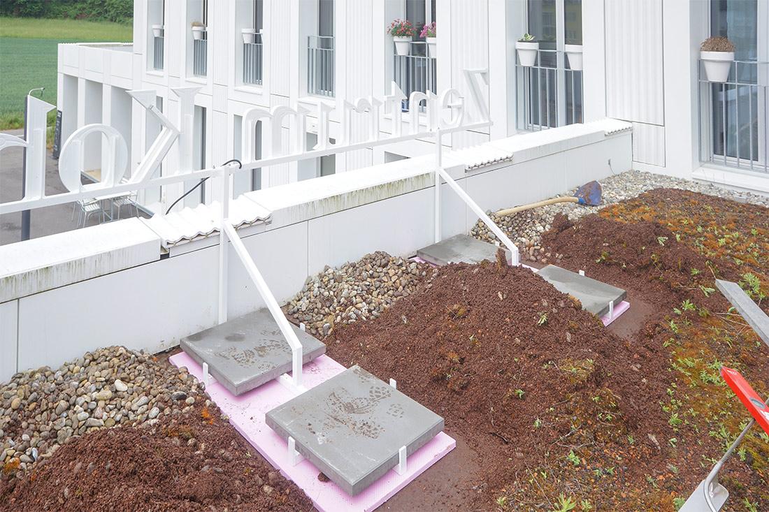 Befestigt ist die Leuchtschrift mit Gewichten auf dem Vordach – Bohrungen waren somit keine notwendig.