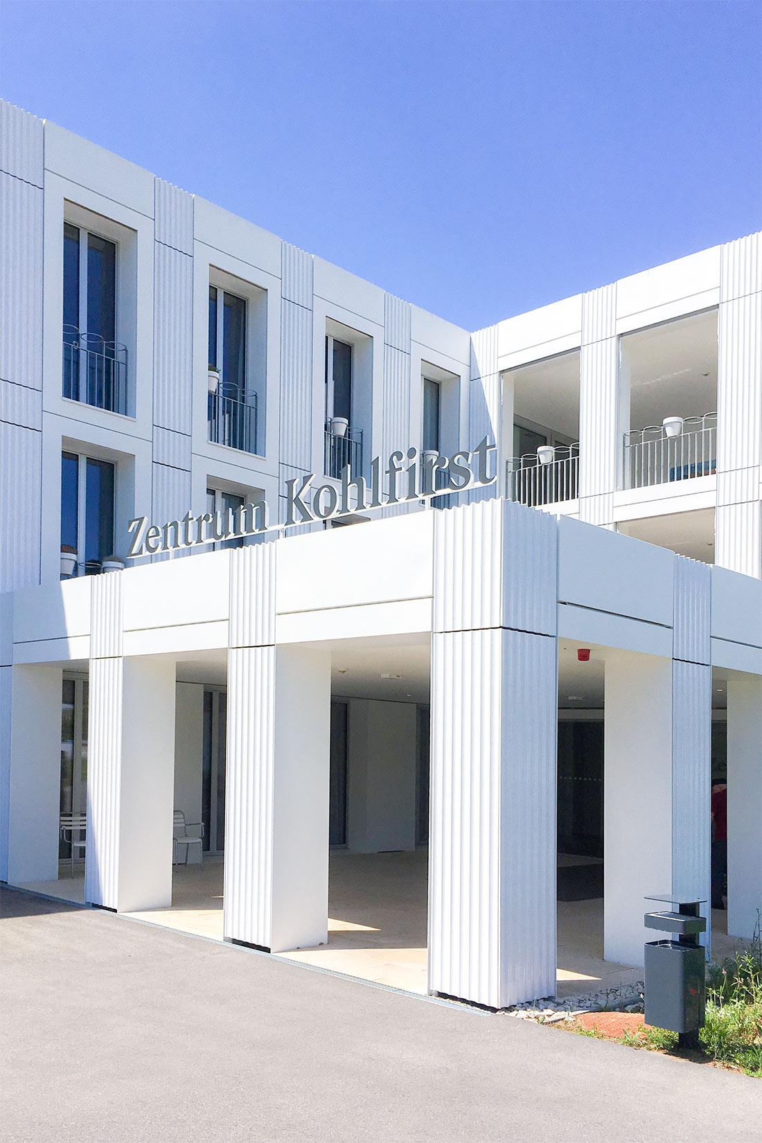 Fassadenbeschriftung fertig montiert mit Dual-Color-Folie auf dem Vordach über dem Eingang zum Zentrum Kohlfirst.