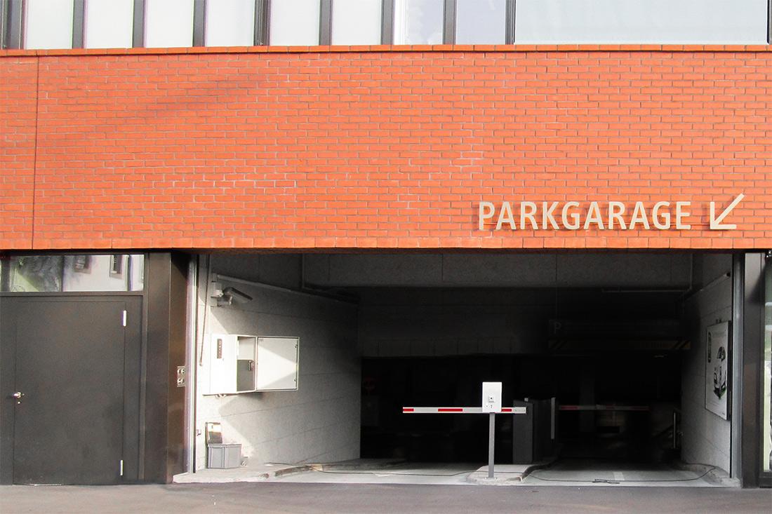 Signalisation mit beschrifteter Parkgarage