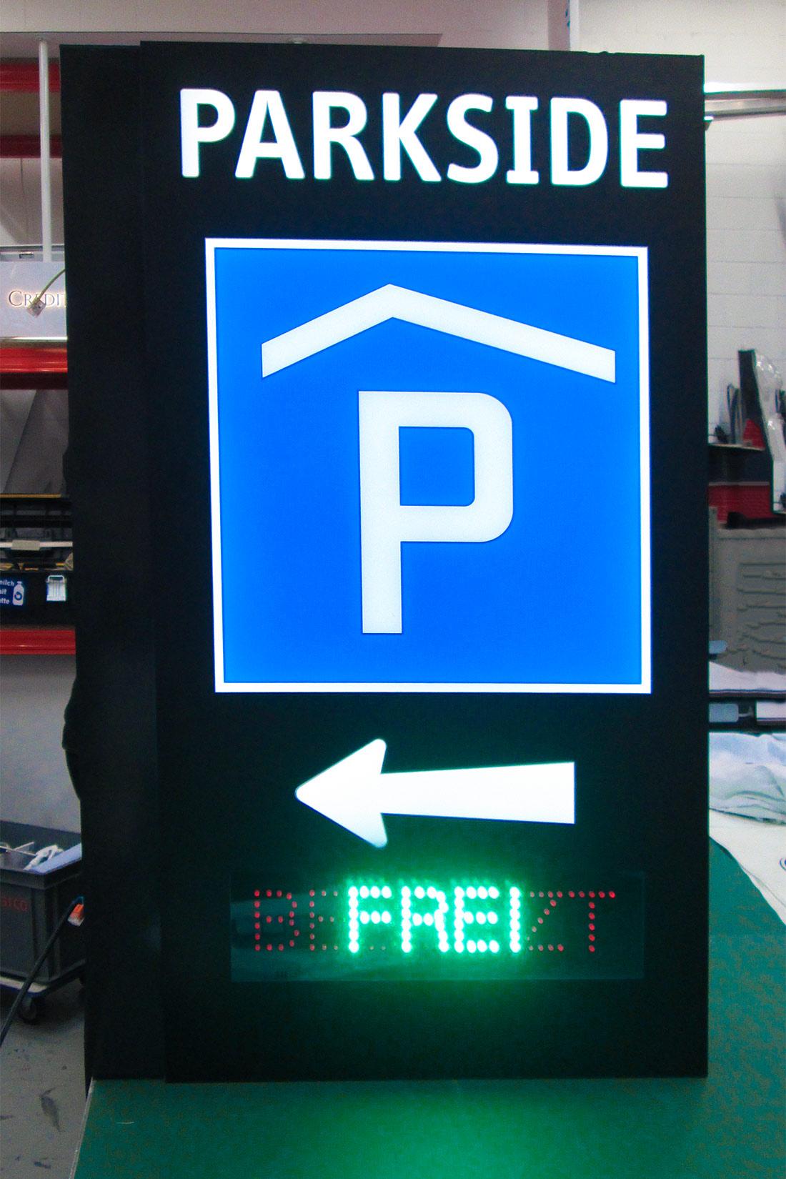 Leuchtwerbung Parkside: LED Beleuchtetes Parkhausschild mit Frei/Besetzt Anzeige