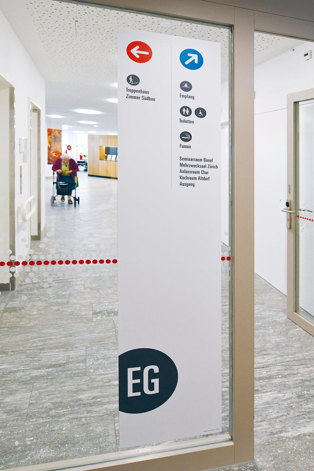 Grosser Kleber mit Wegweiser und Stockwerk EG