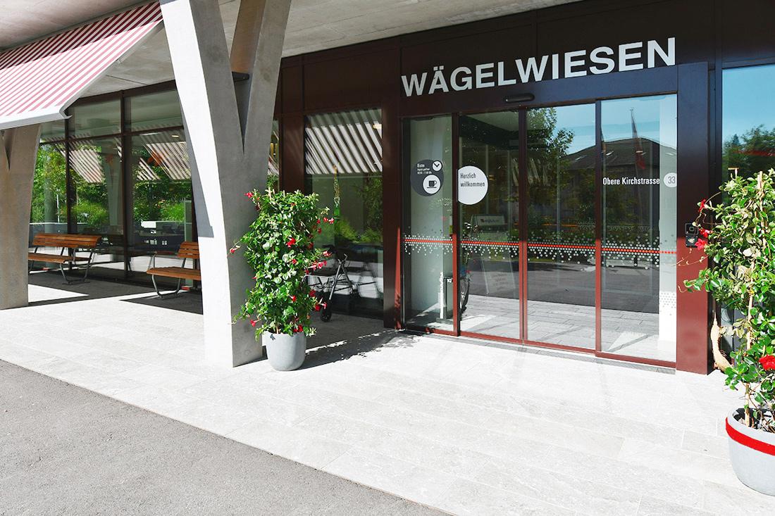 Beschriftung Haupteingang mit Glastuere zu Pflegeheim, mit Sichtschutz