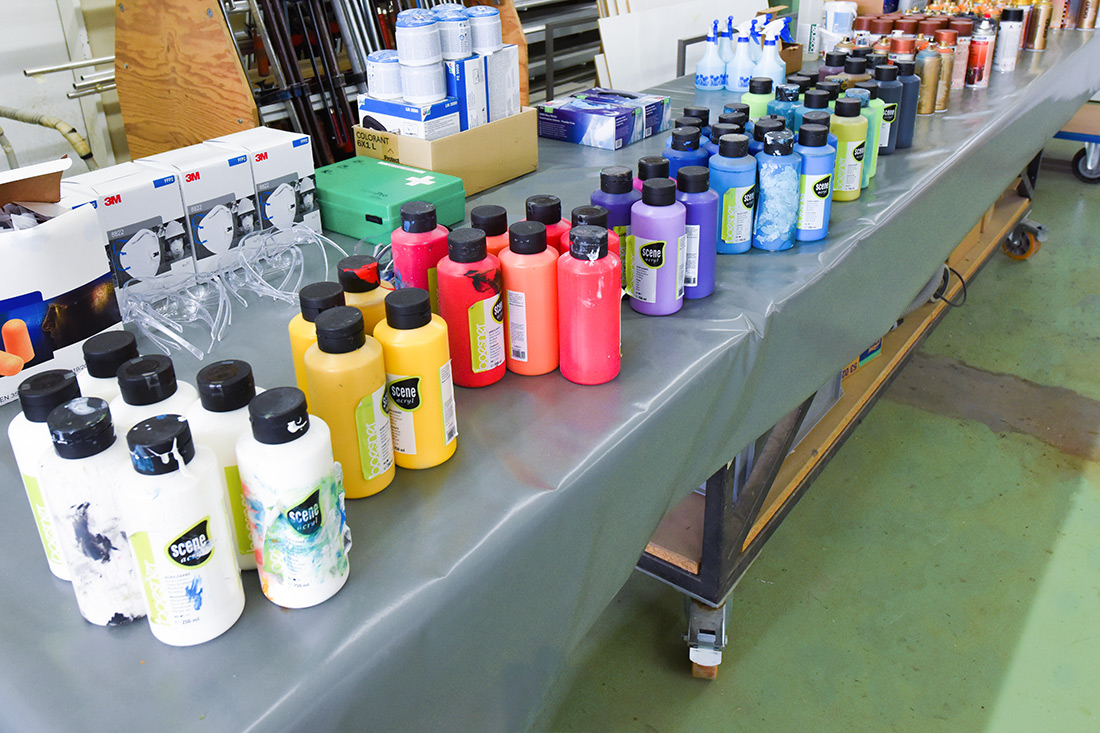 Farbflaschen in Reihenfolge aufgestellt