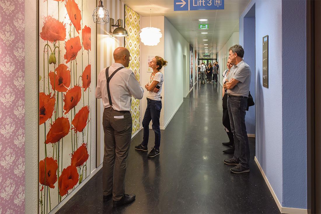 Show-Wand für Tapeten mit einigen Besuchern