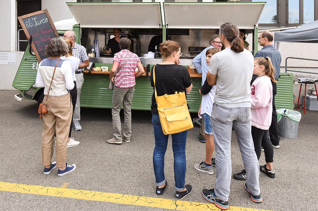 Leute stehen an für Essen