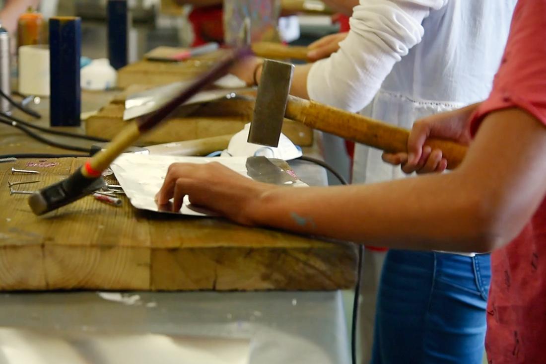 Hammer, Kette und Metallrohr setzte der Besucher ein, um sein Werkstück herzustellen.