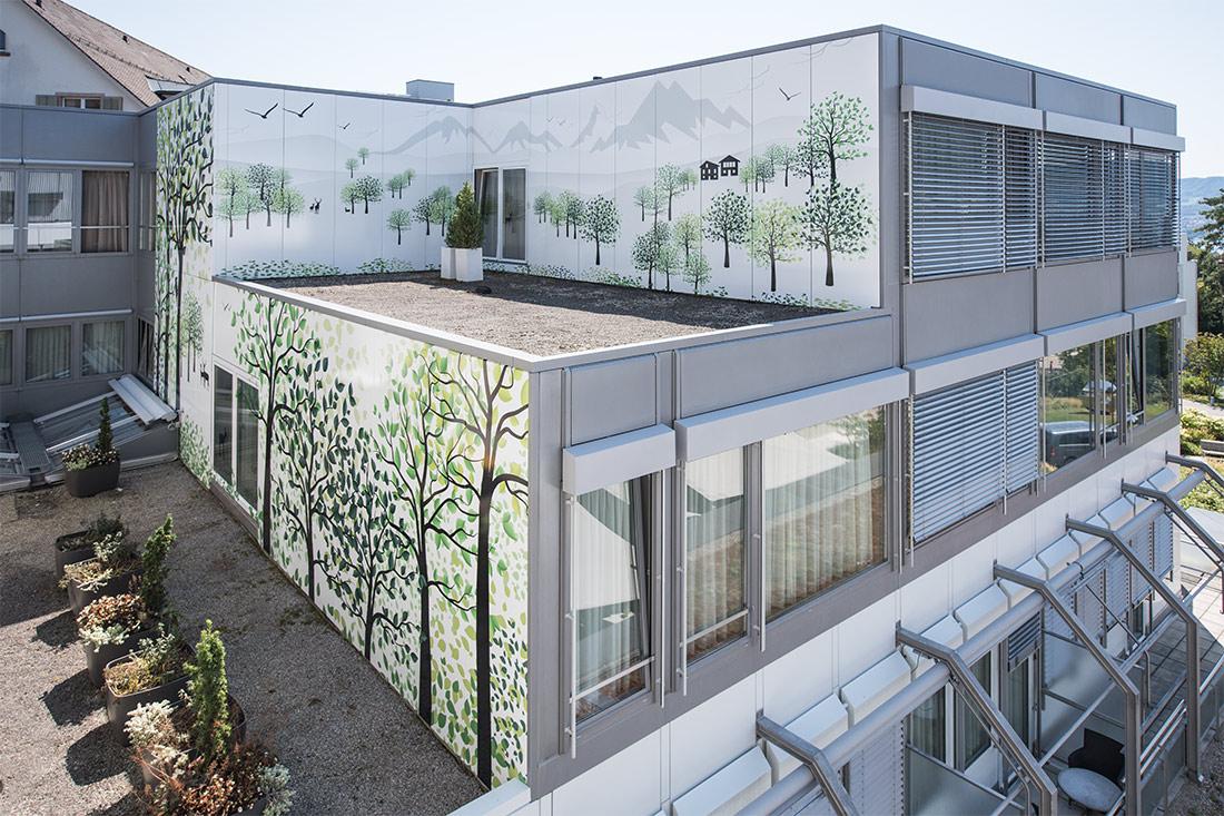 Fassaden-Folierung: Fertige Fassadenverklebung des Gebaeudes