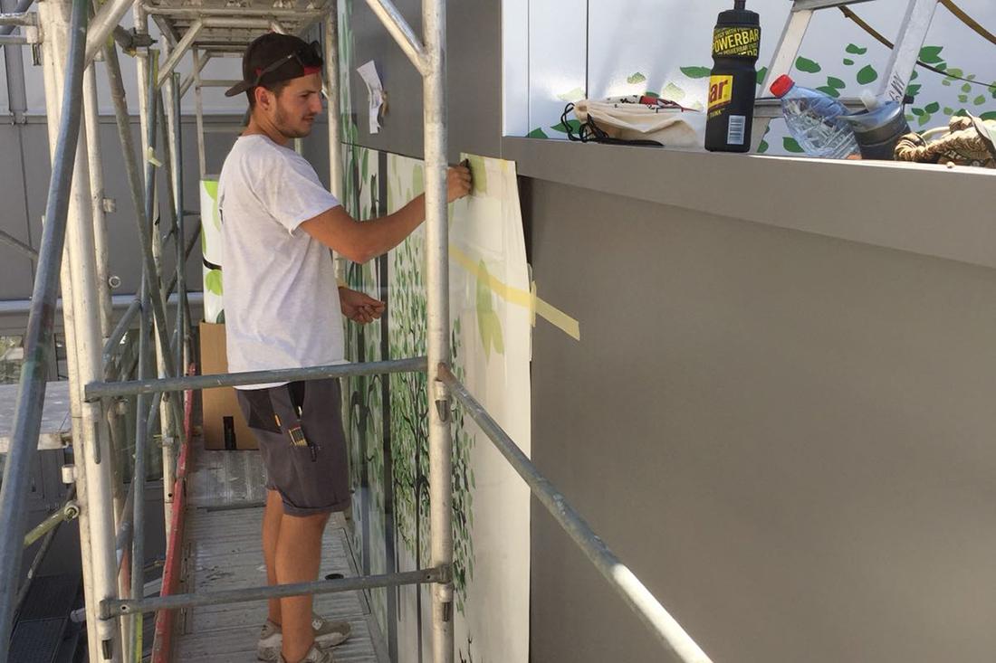 Arbeiter auf Gerüst am bekleben der Fassade