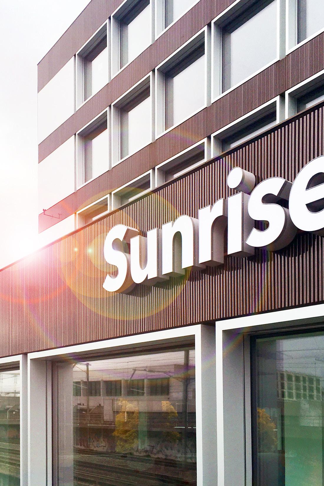 Sunrise LED-Logo an Aussenfassade