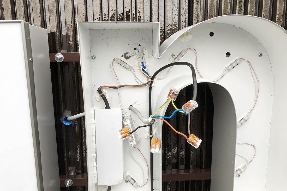 LED-Leuchtschrift verkabelt und angeschlossen für den Einsatz