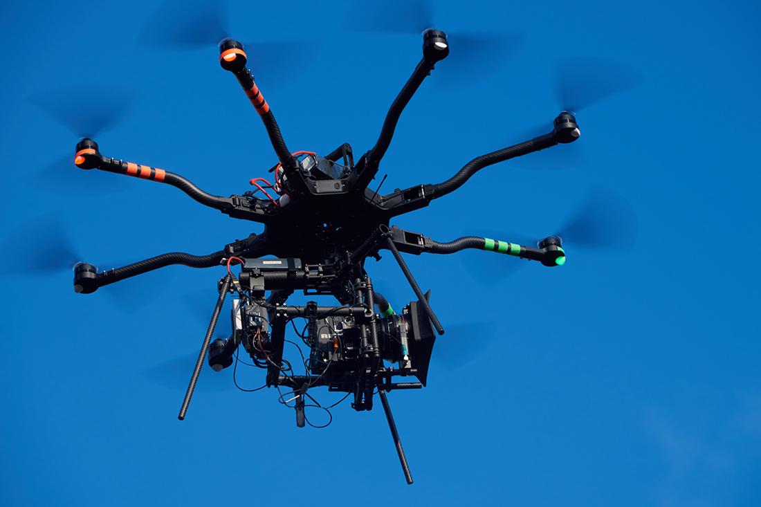 Drohne in der Luft für die Dreharbeiten des Filmes