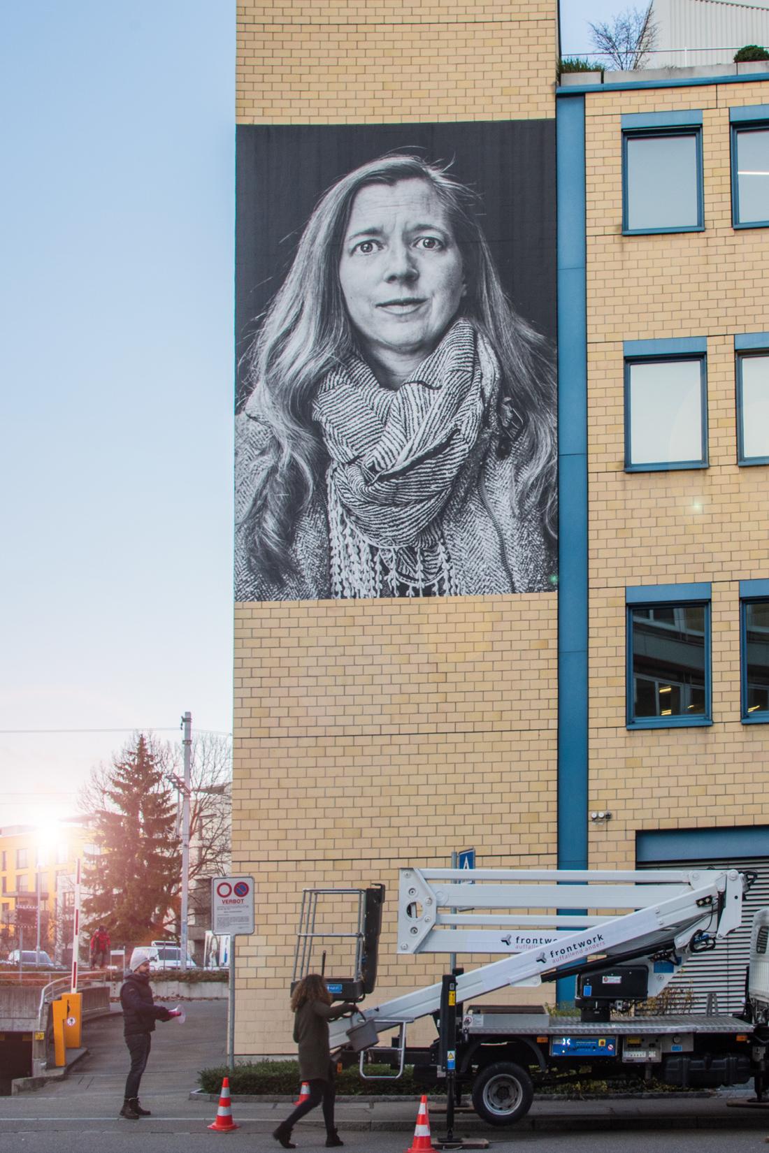 Fertig appliziertes XXL-Poster an Fassade