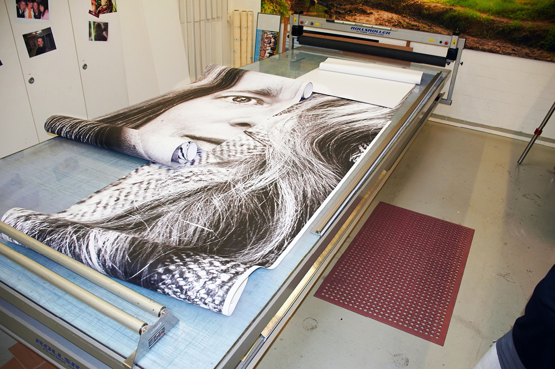Folie vorbereitet zum Verkleben liegt auf einem grossen Arbeitstisch.