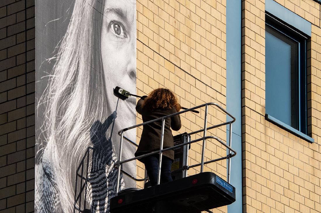 Montage von Folie an Wand mittels Besen