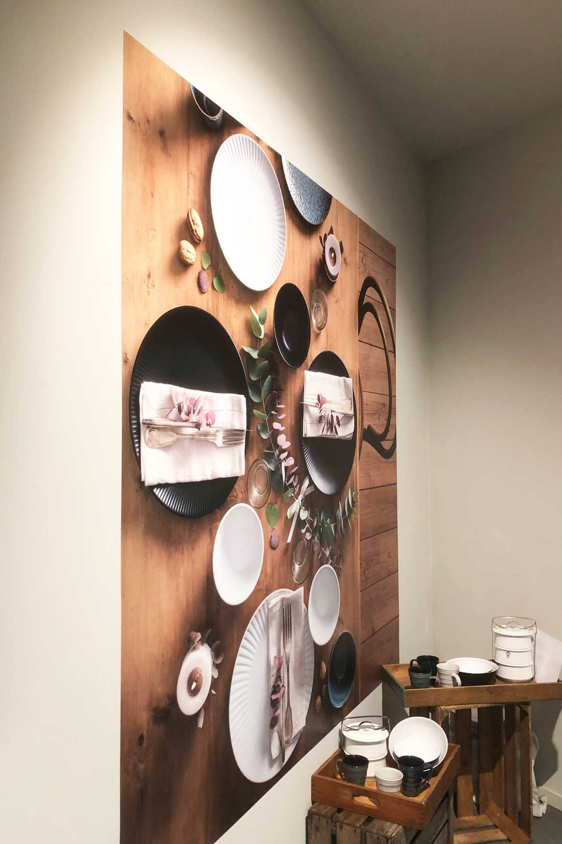 Wandbild mit 3D-Optik: Holztisch mit Geschirr