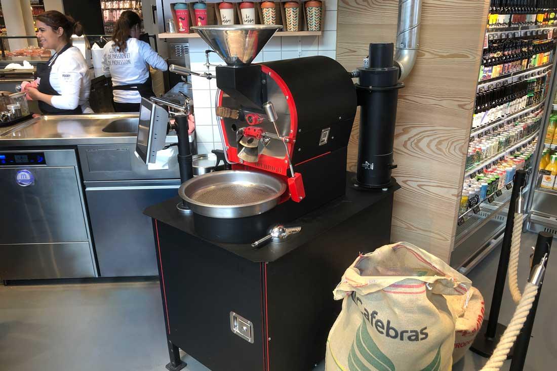 Vollverklebung der Kaffeeroesterei: Schwarz Gusseisen und rote Rahmen